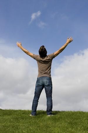 arms wide: Uomo con le braccia spalancate godere la vita