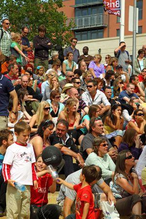 attended: Bristol, Inglaterra - 2 de agosto de 2009 - una audiencia en el festival anual de puerto. Estos espectadores, viendo una banda en el escenario de pasos de Cascade, eran parte de unas 250.000 personas que asistieron al evento durante tres d�as Editorial