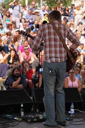 attended: Guitarrista de Bristol, Inglaterra - el 2 de agosto de 2009 - por delante en el escenario de Cascade pasos durante el festival anual de puerto, el m�s grande libre el evento de su tipo en Europa, asistieron 250.000 personas durante tres d�as
