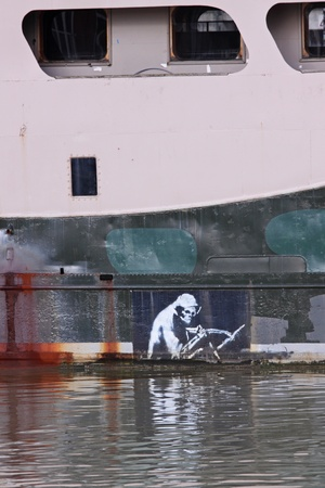 autoridades: Bristol, Reino Unido - el 19 de febrero de 2011: Reaper representado por Banksy en el casco de la showboat Thekla atracado en el muelle de barro en Bristol, Inglaterra. El original fue pintado, supuestamente por las autoridades del puerto, y Banksy volvi� a repintarlo. Editorial