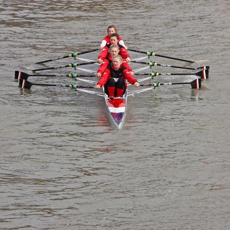 Bristol, UK - 20 Februar 2011: Frauen Crew in den jährlichen Kopf des Rennens River in der Stadt Docks. Einige 150 Crews trat das 3.300 Meter-Rennen.