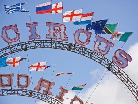 cirque: Segni di circo con bandiere che sventolano