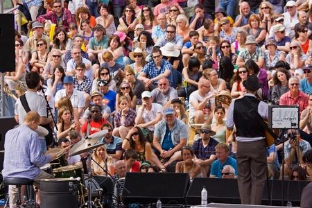 spectators: Bristol, Inglaterra - 31 de julio de 2011 - m�sicos y el p�blico en el Festival de puerto.  Fundada en 1972, este festival de tres d�as atrajo a 280.000 espectadores