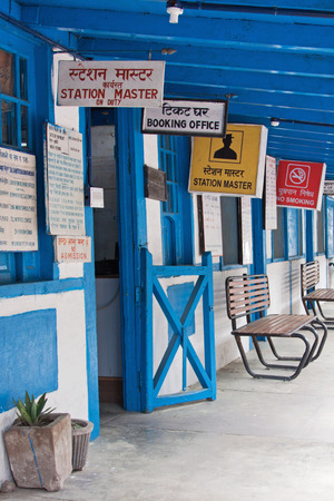 lingua: Signs in Hindi and English at a railway station in the Himalayan foothills