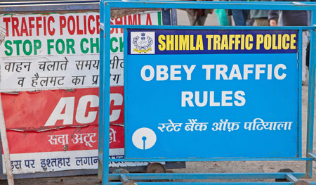 lingua: Traffic police signage in English and Hindi giving instructions to drivers in Shimla, northern India
