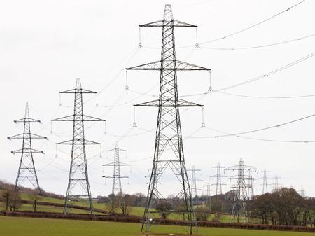 torres el�ctricas: Las torres de electricidad criss cruzar Devon tierras de cultivo