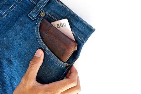 pick money: Los pantalones vaqueros de bolsillo con dinero baht tailand�s y una cartera de cuero. Foto de archivo