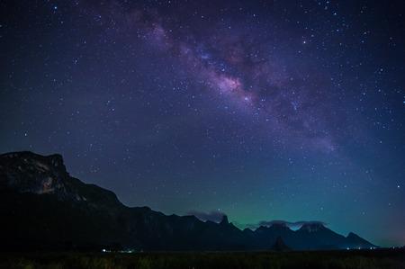 noche: Vía Láctea y las estrellas en el cielo nocturno del parque nacional de Khao Sam Roi Yod, Tailandia
