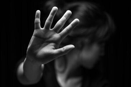 Concepto del día internacional de los derechos humanos: las mujeres con su mano extendida señalando que dejen de ser útiles para hacer campaña contra la violencia, el género o la discriminación