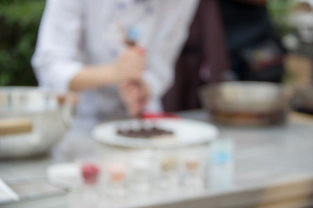 생과자 요리사의 초콜렛 시연의 배경을위한 Defocused 그리고 흐린 심상