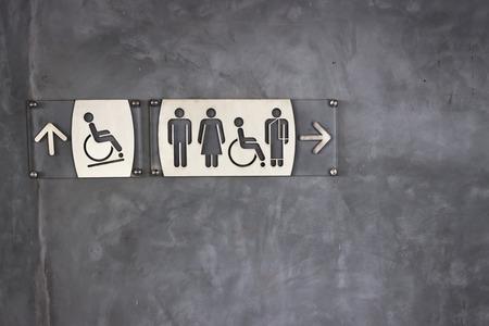 화장실 기호 및 방향 콘크리트 벽 배경 노출 스톡 콘텐츠