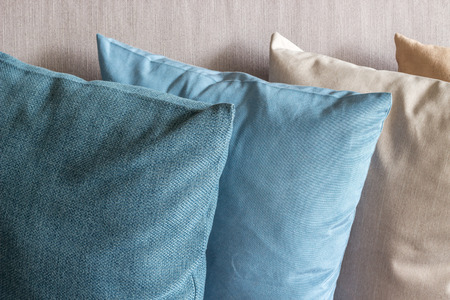 kanapa: Cushions stack on couch
