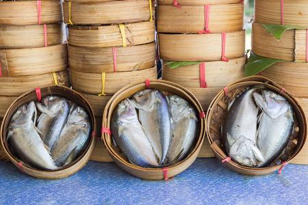 bambu: pescado caballa golfo tailandés al vapor en la cesta de bambú en diferentes tamaños para su exhibición en un mercado de pescado; Los tailandeses llamados este pez es Pla-demasiado