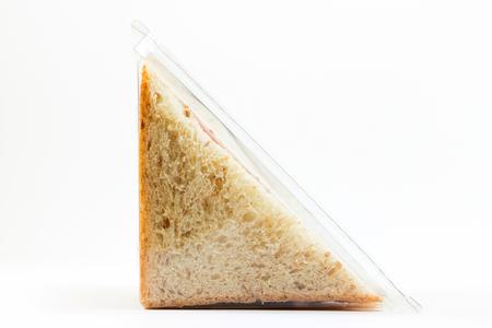 Vollkorn-Sandwich-Toast mit Schinken und Käse in einer Plastikbox isoliert auf weißem Hintergrund