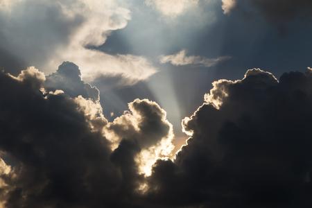 Rétro-éclairé avec le soleil et joli nuage (Rayons crépusculaires)