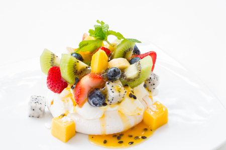 Dessert 'Pavlova' of meringue with fresh fruit. Standard-Bild