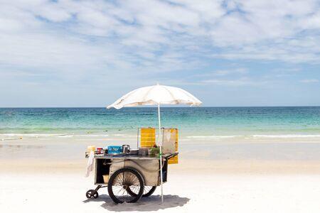 Panier vendant des snacks roti sur la belle plage en journée ensoleillée ; snack de rue populaire en Thaïlande