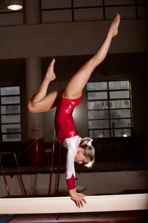 gymnastik: porträtt av unga gymnaster träning på arenan
