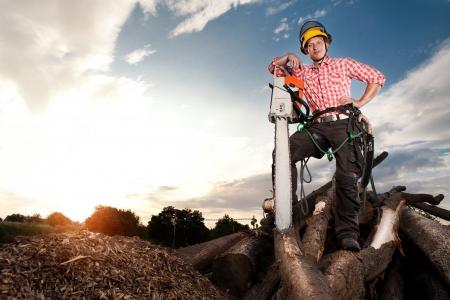 Lächelnd Holzfäller mit Kettensäge Standard-Bild - 23764718