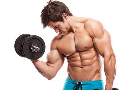 musculoso: Chico culturista muscular haciendo ejercicios con pesas aislados sobre fondo blanco