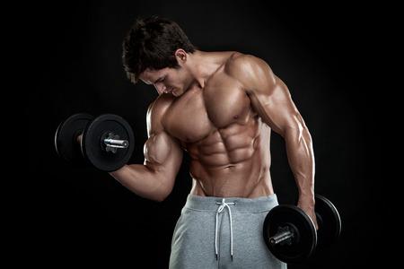 Spierbodybuilder vent doet oefeningen met halters op zwarte achtergrond