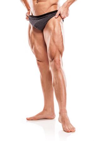 homme nu: Forte homme sportif Fitness Model Torso montrant corps et les jambes isolé sur fond blanc musculaire nu