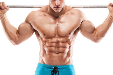 Gespierde bodybuilder man doet oefeningen met halters op witte achtergrond