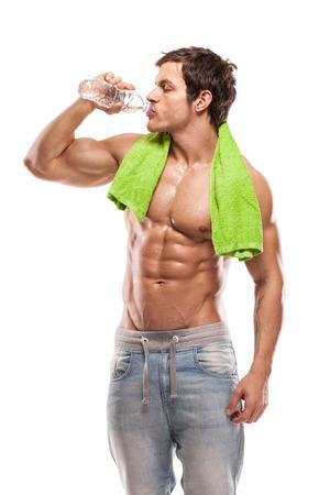 Sterke atletische mens Fitness Model drinken zoet water witte achtergrond