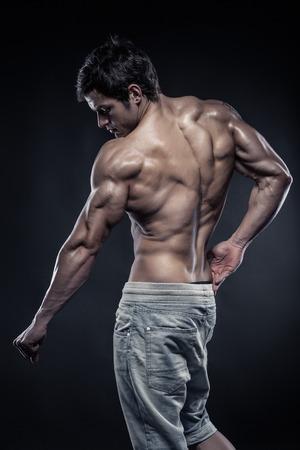 latissimus: Forte Uomo Atletico Fitness Model posa muscoli della schiena, tricipiti, dorsali Archivio Fotografico