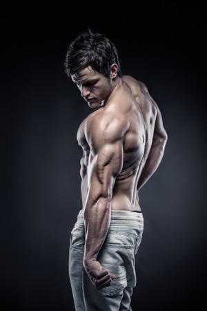Sterke Atletische Mens Fitness Model poseert rugspieren, triceps, latissimus Stockfoto