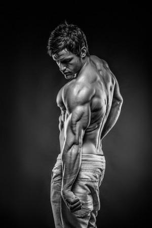 Forte Athletic Man Fitness Modèle posant les muscles du dos, triceps, grand dorsal Banque d'images - 29565575