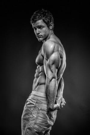 Sterke atletische mens Fitness Model poseren rugspieren, triceps, latissimus Stockfoto