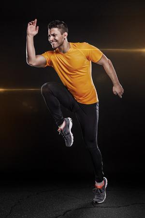 een blanke man jonge sprinter running in silhouet studio op zwarte achtergrond Stockfoto