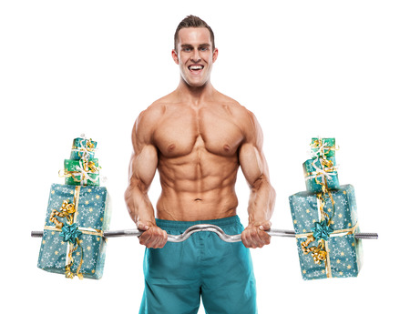 Gespierde bodybuilder man doet oefeningen met geschenken geïsoleerd op witte achtergrond