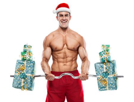 Gespierde Kerstman doet oefeningen met geschenken geïsoleerd op witte achtergrond