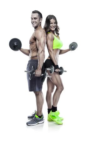mooie fitness jonge sportieve paar met halter geïsoleerd op een witte achtergrond