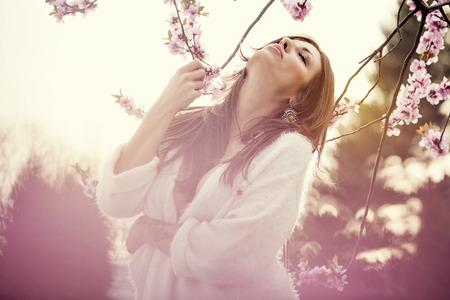 salud sexual: Sensual retrato de una mujer de primavera, hermoso rostro, morena