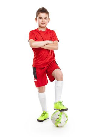 zapatos escolares: de pie joven jugador de fútbol con el fútbol aislados sobre fondo blanco