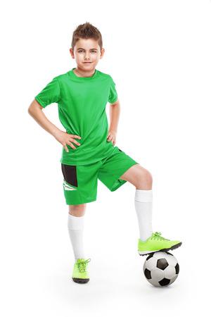 niños jugando: de pie joven jugador de fútbol con el fútbol aislados sobre fondo blanco