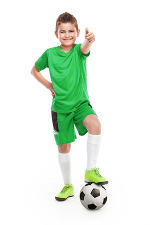 futbolistas: de pie joven jugador de fútbol con el fútbol aislados sobre fondo blanco