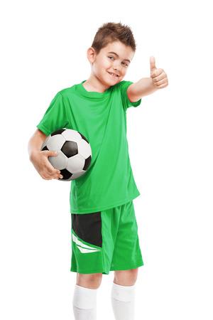 staande jonge voetballer houden voetbal geïsoleerd over witte achtergrond