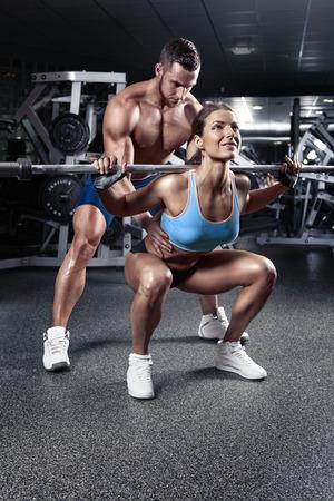 Beau jeune couple sexy sportif faisant séance d'entraînement squat dans le gymnase Banque d'images - 41620541