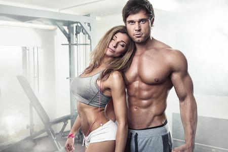 männer nackt: schöne junge sportlich sexy Paar zeigt Muskeln im Fitness-Studio Lizenzfreie Bilder