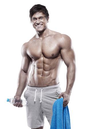 desnudo masculino: Fuerte Hombre Atlético Torso modelo de la aptitud que muestra seis ABS del paquete. con una botella de agua y una toalla
