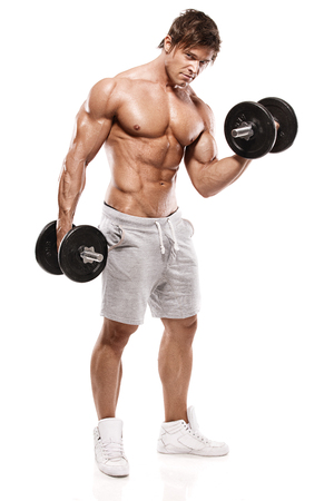 Gespierde bodybuilder man doet oefeningen met halters over witte achtergrond