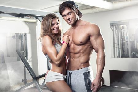 desnudo masculino: hermosa joven deportiva pareja sexy mostrando músculo en el gimnasio Foto de archivo