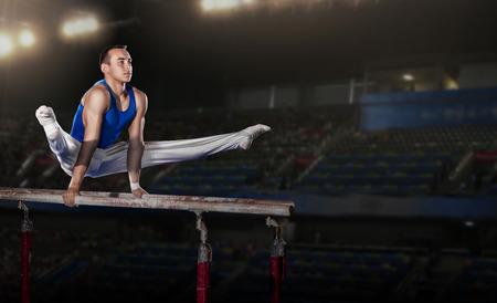 경기장에서 경쟁하는 젊은 남자 gymnasts의 초상화
