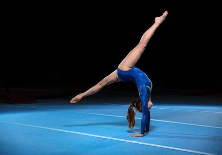 경기장에서 경쟁하는 젊은 gymnasts의 초상화, retouched