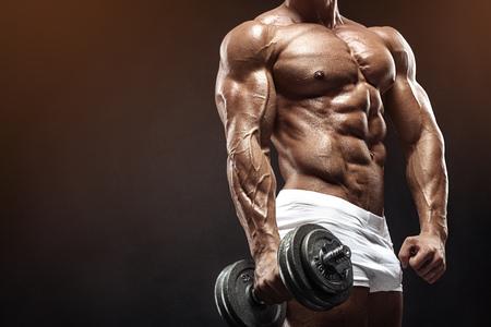 Gespierde bodybuilder man doe oefeningen met halter over zwarte achtergrond