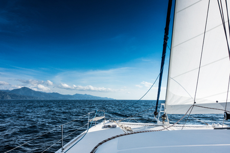 iluminado a contraluz: Yate de vela catamarán de vela en el mar. Velero. Navegación en el mar Caribe